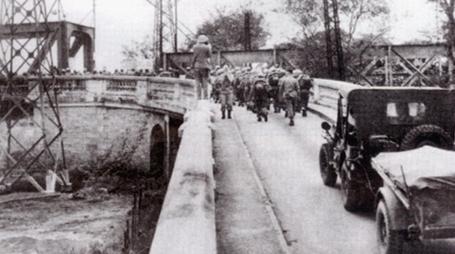Quân Pháp đi ra, quân ta tiến vào Thủ đô để tiếp quản.