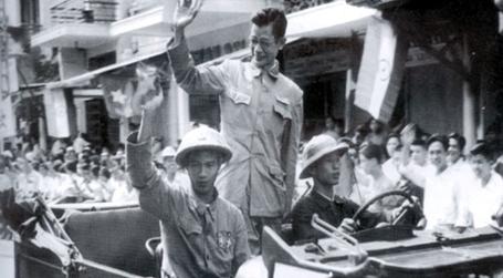 Bác sỹ Trần Duy Hưng - Phó Chủ tịch Ủy ban Quân quản trở lại phố Hàng Đào.