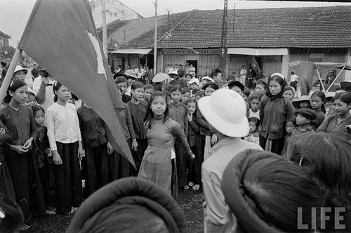 Nhân dân khắp nơi đủ mọi lứa tuổi ùa ra đường cầm lá cờ đỏ sao vàng và hát bài