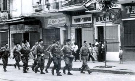 Những lính Pháp cuối cùng trên đường phố Hà Nội.