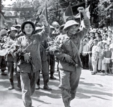 Những người lính trẻ trên đường phố Đinh Tiên Hoàng.