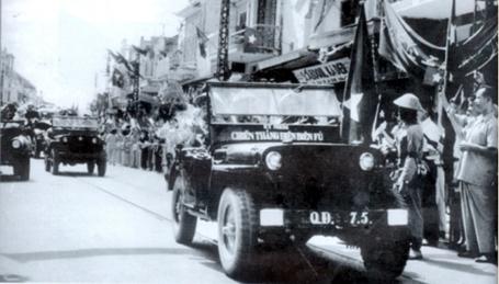 Đoàn xe chiến thắng Điện Biên Phủ đang tiến vào Thủ đô.