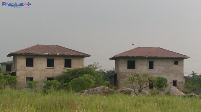 Những căn biệt thự kiểu mẫu bị bỏ hoang.