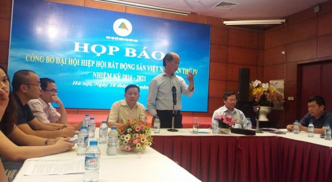 Ông Nguyễn Trần Nam, Chủ tịch HIệp Hội Bất động sản Việt Nam, tại cuộc họp báo.