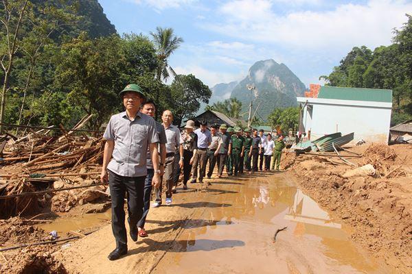 Bộ trưởng Lê Thành Long thăm, tặng quà nhân dân vùng lũ Mường Lát