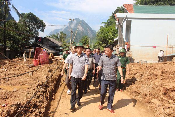 Bộ trưởng Lê Thành Long và Phó Bí thư tỉnh Thanh Hóa Đỗ Trọng Hưngthăm bản thiệt hại lớn nhất của huyện Mường Lát.