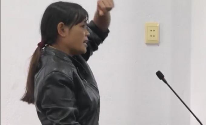 Bà Đặng Thị Thảo tường thuật giơ tay lên đỡ khi bị đánh nên bị gãy tay..