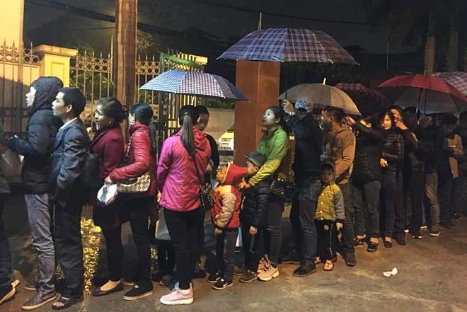 Hình ảnh người dân ở Bắc Ninh xếp hàng từ 3h sáng tại Viện Sốt rét trung ương để xétnghiệm sán.