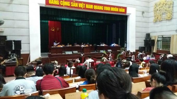 Quang cảnh phiên tòa, vị đại diện Viện kiểm sát đang đọcbản luận tội.