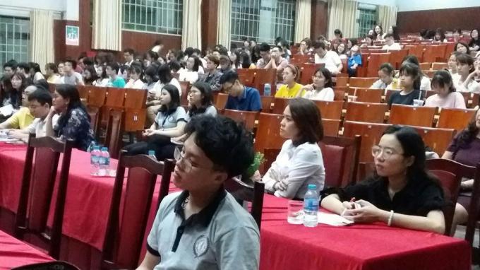 Sinh viên chăm chú lắng nghe phần tranh tụng.
