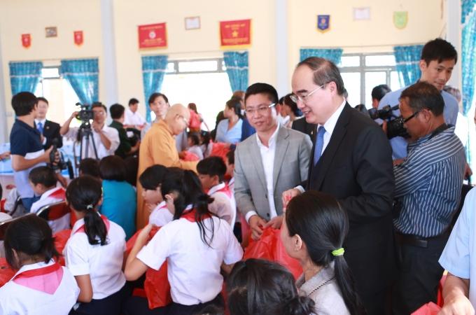 Ông Trần Văn Mạnh hỗ trợ đồng bào Công giáo ở Tây Nguyên dịp Giáng sinh 2015