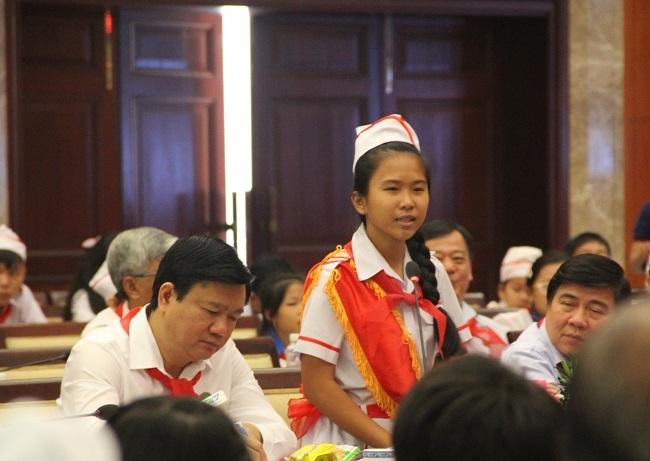 Bí thư Đinh La Thăng chăm chú ghi lại ý kiến của học sinh.