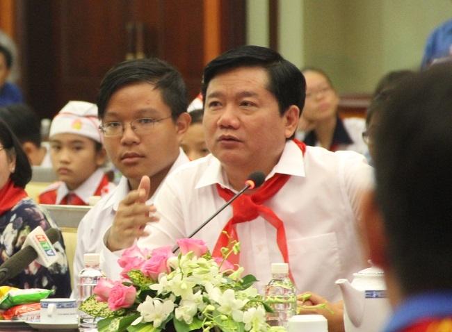 Bí thư Đinh La Thăng trao đổi lại sau khi nghe lãnh đạo Sở GD-ĐT trả lời.