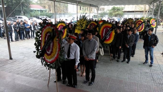 Đông đảo bạn bè và người thân đã có mặt tại lễ viếng.