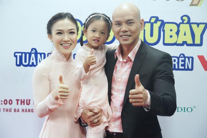 Bà xã Phan Đinh Tùng phá lệ cầm mic cùng chồng tại Sài Gòn Đêm Thứ 7