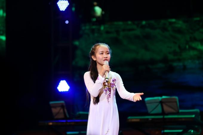Bé Kim Chi (10 tuổi) gây bất ngờ khi hát rất ngọt ca khúc Đà Lạt hoàng hôn.