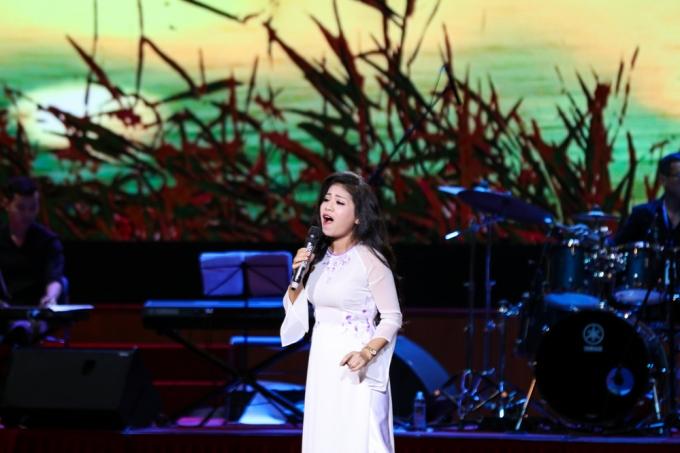 Anh Thơ diện áo dài trắng trẻ trung như thiếu nữ hát Khúc hát sông quê.