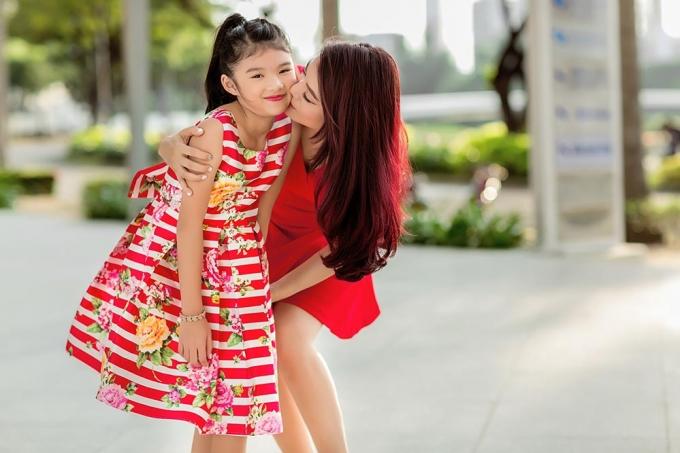 Trương Ngọc Ánh trẻ trung, xinh đẹp bên con gái