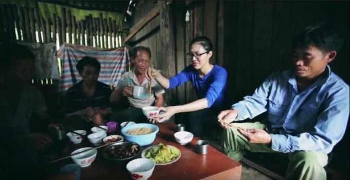 Cô đã trải qua những ngày cùng ăn uống và chia sẻ khó khăn với người thợ xây dựng trường.