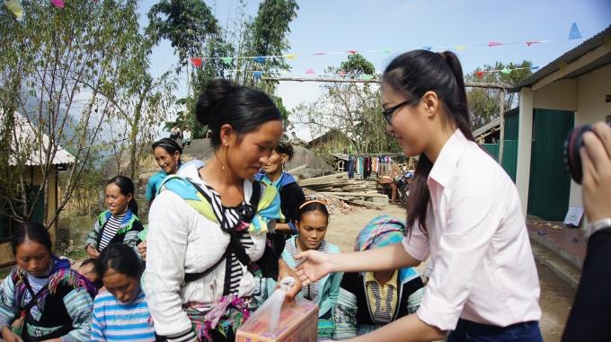Diệu Ngọc trao quà hỗ trợ cho những người dân địa phương.