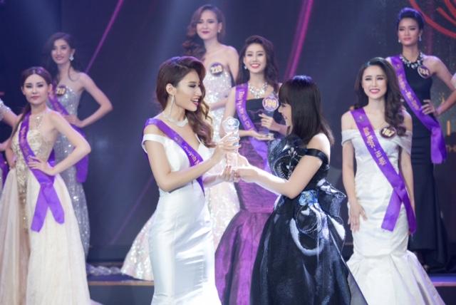 Tối qua, Hoa hậu Hằng Nguyễn đã trao giải phụ Hoa khôi thời trang cho một thí sinh đến từ TP HCM trong khi á hậu Hà Thu trao giải Hoa khôi có trang phục vùng miền đẹp nhất. Cả hai được đánh giá xứng đáng với danh hiệu được trao khi có phần trình diễn ấn tượng trước đó.