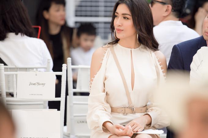 Cùng diện váy ngắn, Á hậu Lệ Hằng đọ chân dài miên man với Hoa hậu Phạm Hương