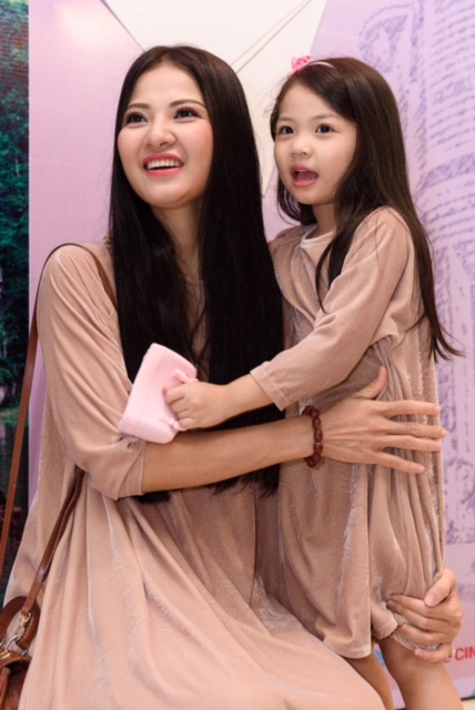 Đã rất lâu rồi, Trần Thị Quỳnh mới lại đưa con gái đi dự sự kiện cùng mình. Khá bất ngờ khi báo giới gặp lại Cherry, cô bé càng lớn càng giống Trần Thị Quỳnh, đặc biệt mái tóc dài đen óng của cô bé khiến khách mời xuýt xoa.