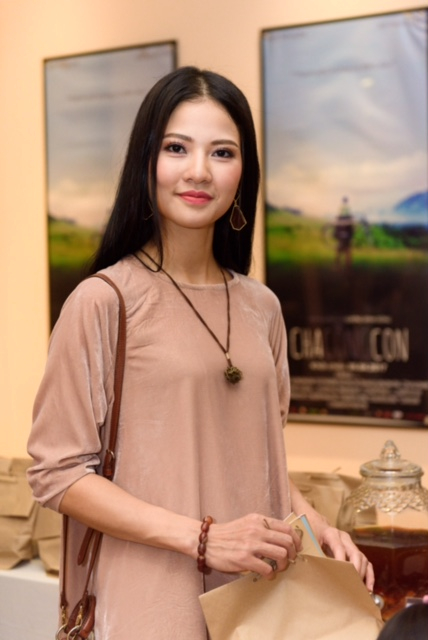Trần Thị Quỳnh và con gái mặc đồ ton sur ton hết sức dễ thương, Cherry tuy khá lâu mới xuất hiện ở sự kiện nhưng cô bé không e ngại ống kính mà còn rất tự nhiên, và dễ thương.