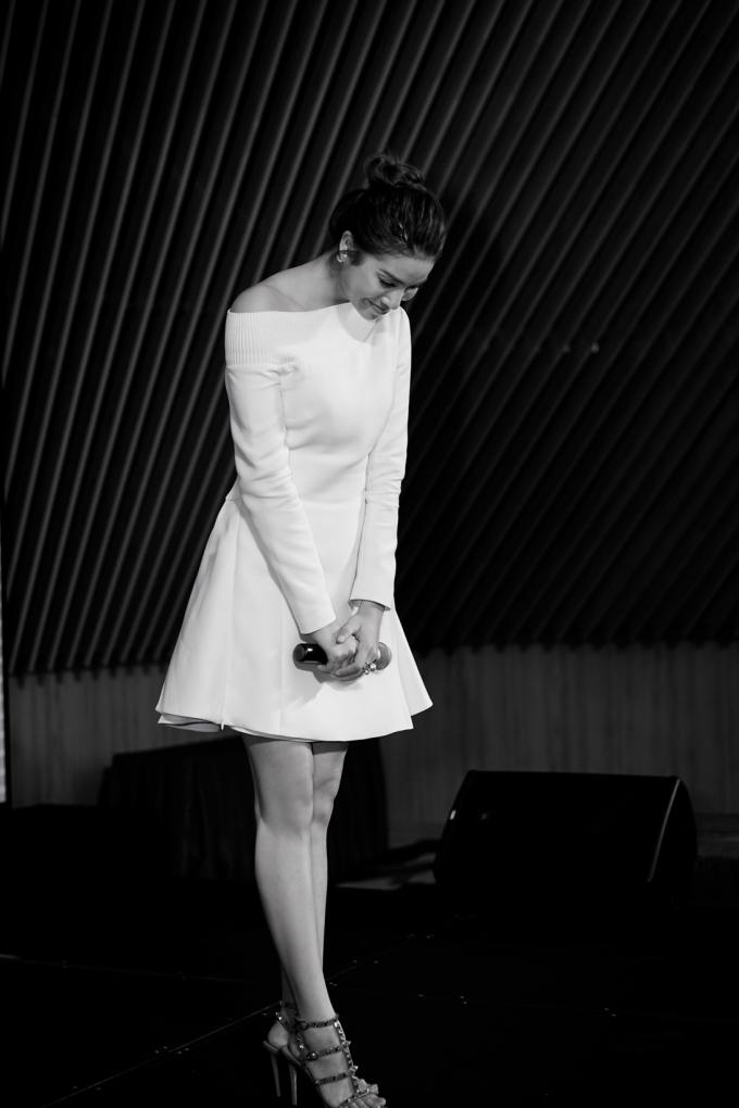 """Hoa hậu Phạm Hương ra mắt MV """"Và lắng nghe mình"""" kể về khoảng thời gian cùng cực nhất trong tâm hồn"""