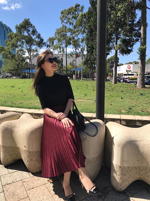 Trong tiết trời se lạnh của Úc, nữ ca sĩ mặc đầm dài màu đỏ đun kết hợp áo thun và áo khoác màu đen dịu dàng, nữ tính. Giang Hồng Ngọc chuộng phong cách thời trang nữ tính, thanh lịch.