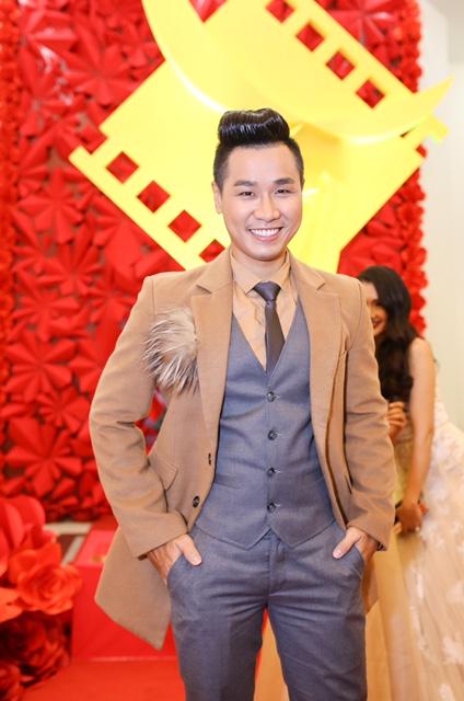 Là người kỹ tính, Nguyên Khang chuẩn bị chỉn chu từ trang phục, ngoại hình đến từng câu chữ. Nam MC 8X cho biết, anh rất hãnh diện khi được chọn là người dẫn chương trình cho sự kiện quan trọng của Điện ảnh, Truyền hình Việt Nam.