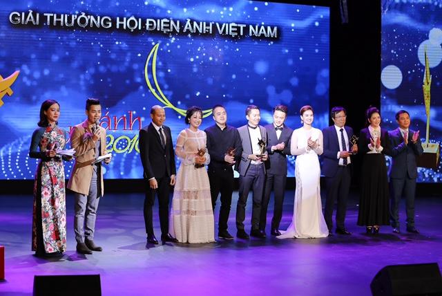Nguyên Khang và Hồng Ánh làm MC cho lễ trao giải Cánh diều Vàng 2016.