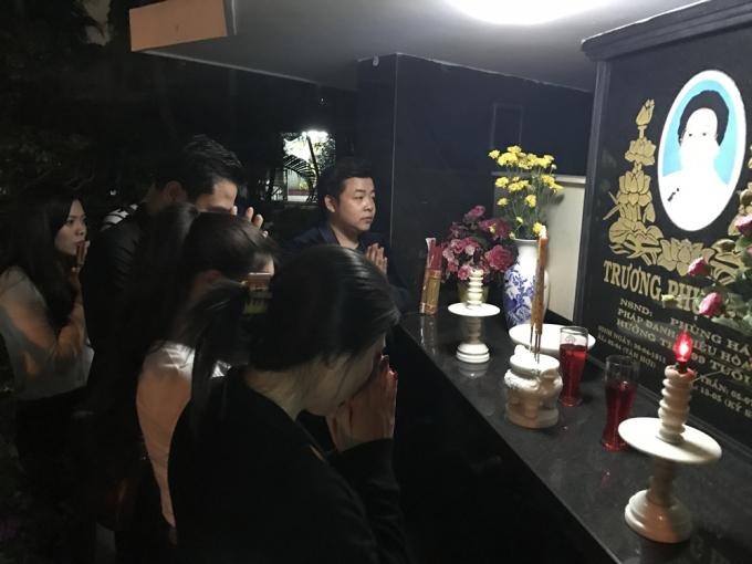 Quang Lê cùng học trò thành kính viếng thăm mộ các nghệ sĩ lão thành vào lúc nửa đêm