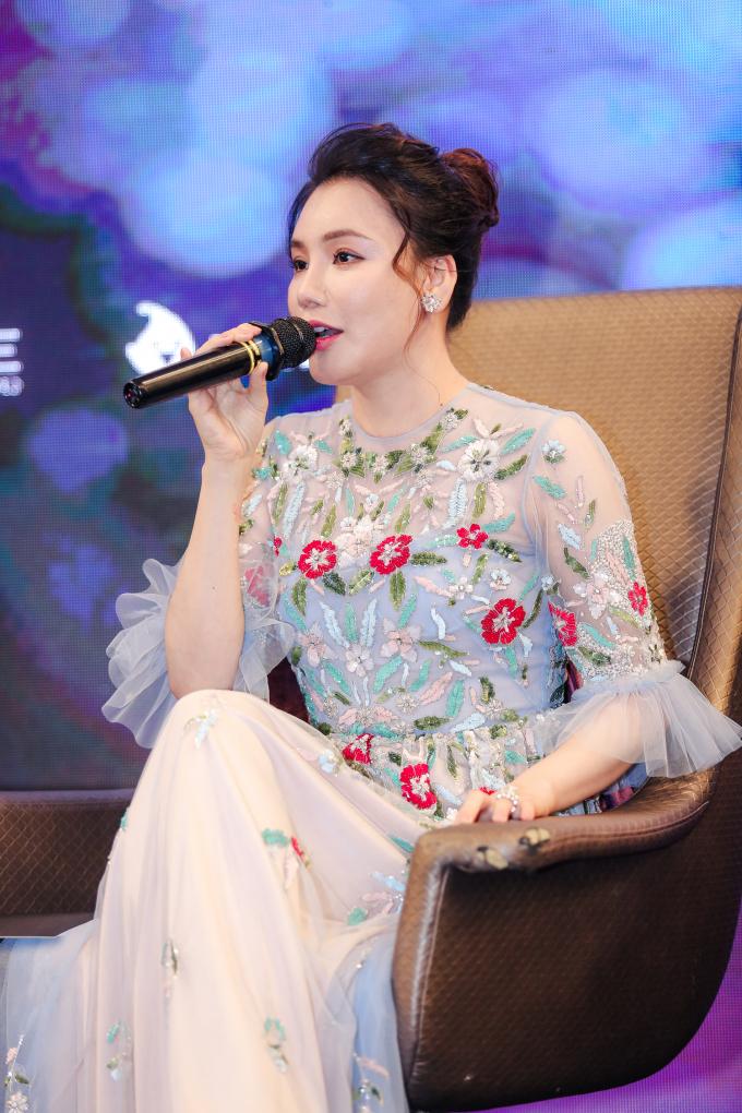 Trong buổi ra mắt chương trình, Hồ Quỳnh Hương diện chiếc váy cầu kỳ, quý phái của nhà thiết kế Tùng Vũ. Chia sẻ về việc tham gia chương trình này, cô cho biết mình sẽ cống hiến và truyền hết kinh nghiệm ca hát cho các thí sinh. Mặc dù cô có lẽ đã