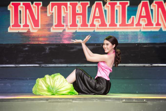 """Cô chọn ca khúc """"Quê Hương"""" làm nhạc nền cho bài múa ngợi ca quê nhà."""