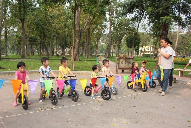 Các bé hào hứng thử sức trong Giải đua xe thăng bằng Cua-rơ Nhí
