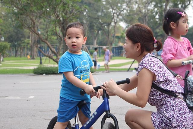 Các bậc phụ huynh tranh đã thủ đưa con đến các buổi giao lưu ở các công viên.