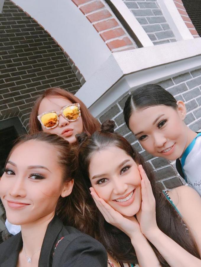Kiều Ngân (đeo kính) chụp hình selfile cùng Khánh Ngọc (bên trái) và 2 người mẫu khác.