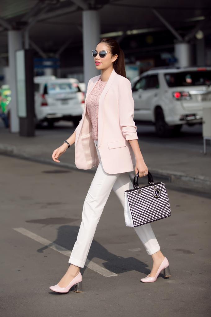 Hoa hậu Phạm Hương diện set đồ thanh lịch và không kém phần cá tính với áo ren, quần tây và vest trắng.