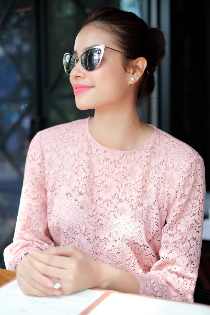 Hoa hậu Phạm Hương mặc set đồ cá tính sang Singapore chụp ảnh tạp chí