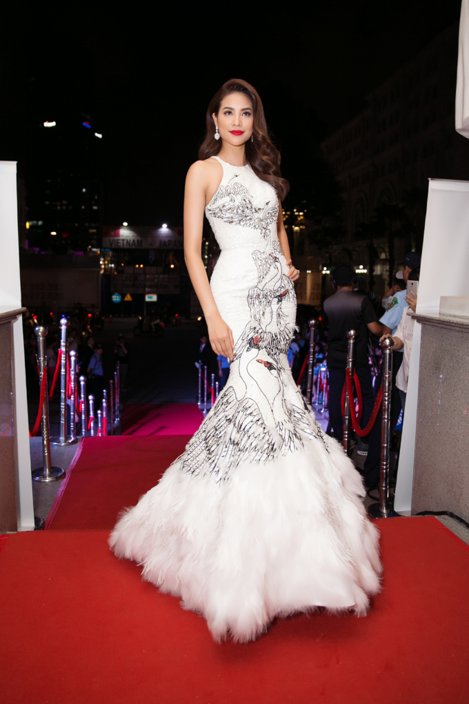 """Phạm Hương diện đầm """"thiên nga trắng"""" gợi nhớ khoảnh khắc Miss Universe 2015"""