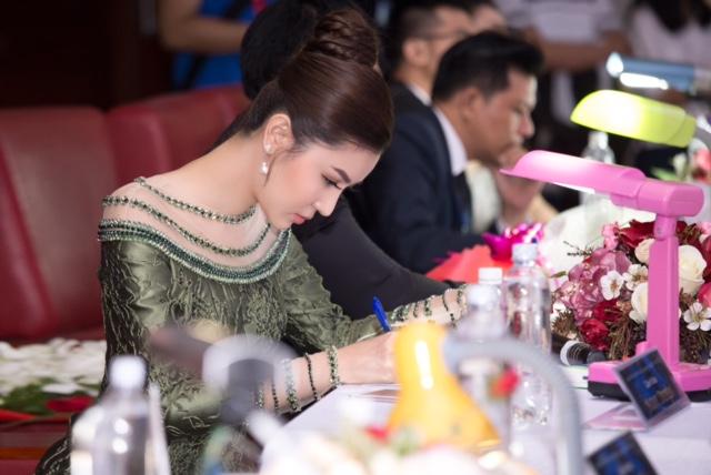 Hoa hậu Ngọc Duyên trao vương miện cho Hoa khôi Đại học Sư phạm Kỹ Thuật TP HCM