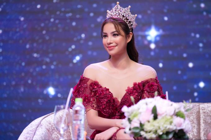 Sau hơn một năm đăng quang, Phạm Hương chưa bao giờ thôi