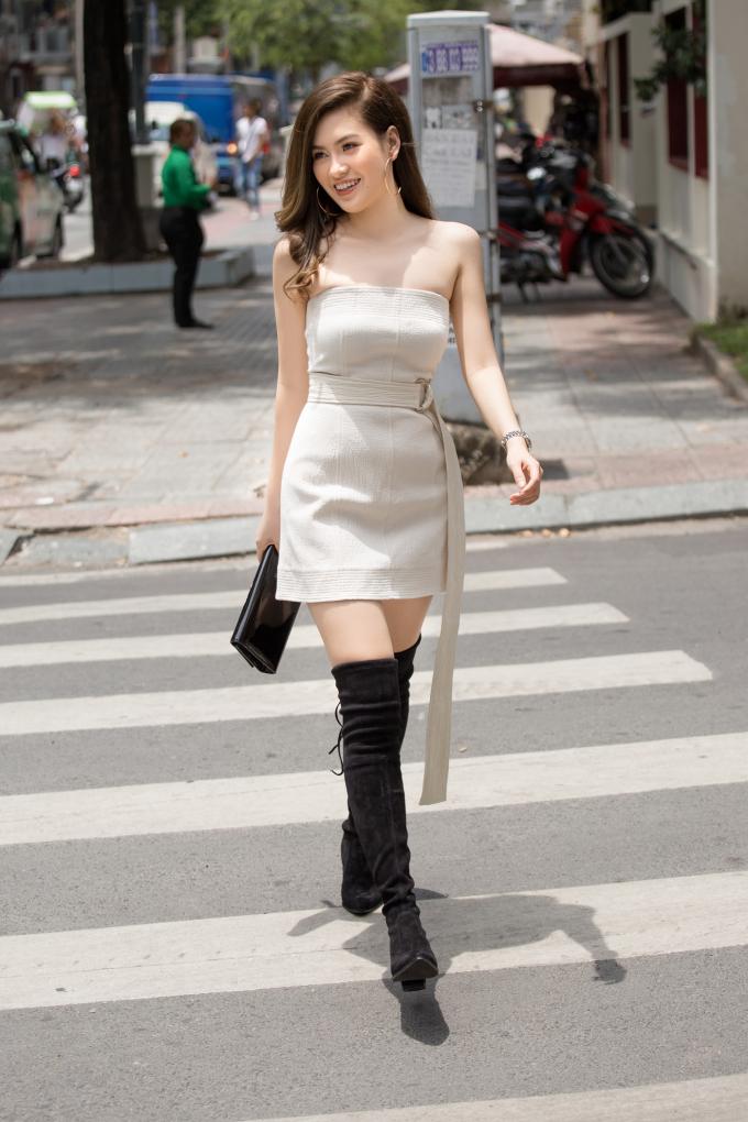 """Những chiếc váy ngắn, cúp ngực luôn giúp người phụ nữ tôn lên vẻ gợi cảm của cơ thể. Đặc biệt, chân váy ngắn sẽ giúp bạn khoe khéo đôi chân thon dài hoặc giúp những cô nàng """"nấm lùn"""" có thể """"ăn gian"""" chiều cao khi kết hợp với giày cao gót."""