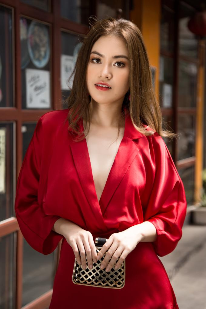 Mái tóc thẳng, dài buông xõa 2 vai mang tới hình ảnh nữ tính và dịu dàng. Với hình ảnh này, Diễm Trần bị rất nhiều người đi đường nhầm tưởng là Hoa hậu hoàn vũ Phạm Hương.