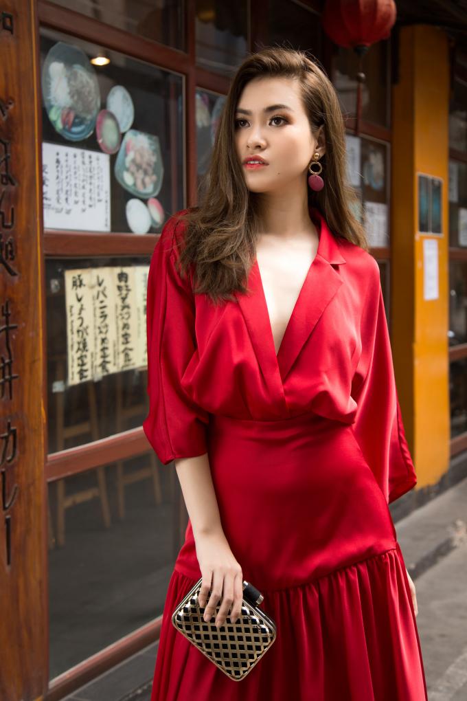 Hơn nữa, màu đỏ cũng giúp Hoa hậu Việt Nam Thế giới tôn lên làn da trắng mịn màng.