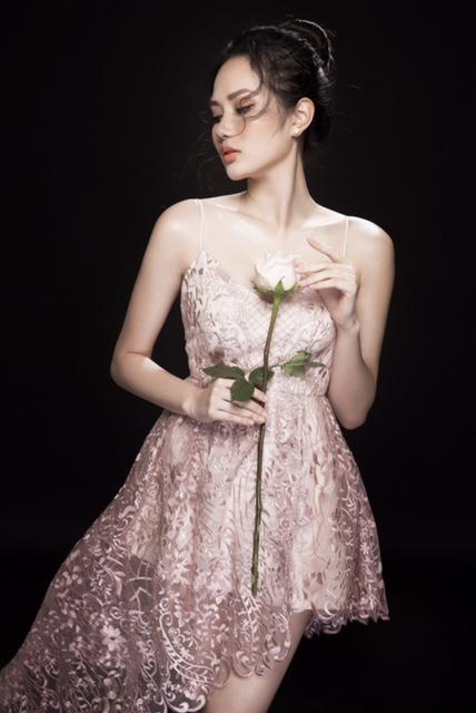 """Hoa hậu Diệu Linh """"mượn"""" cánh hoa hồng khoe vẻ đẹp gợi cảm"""