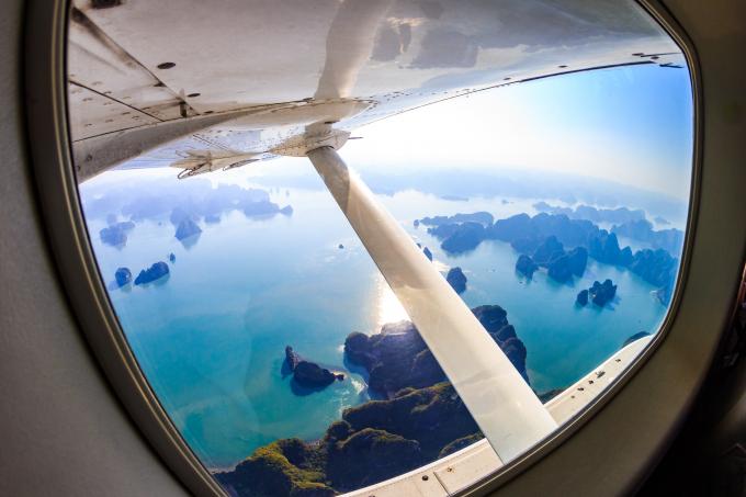 Với thủy phi cơ, người xem sẽ có cơ hội trải nghiệm ngắm cảnh từ tên cao với góc nhìn toàn cảnh vịnh Hạ Long như trong bom tấn King Kong. Từ độ cao 150m đến gần 3000m, Hàng không Hải Âu sẽ cung cấp trải nghiệm ngắm nhìn khoảng không bao la của vịnh – kỳ quan thiên nhiên thế giới với hàng ngàn đảo đá nhô lên trên mặt nước.