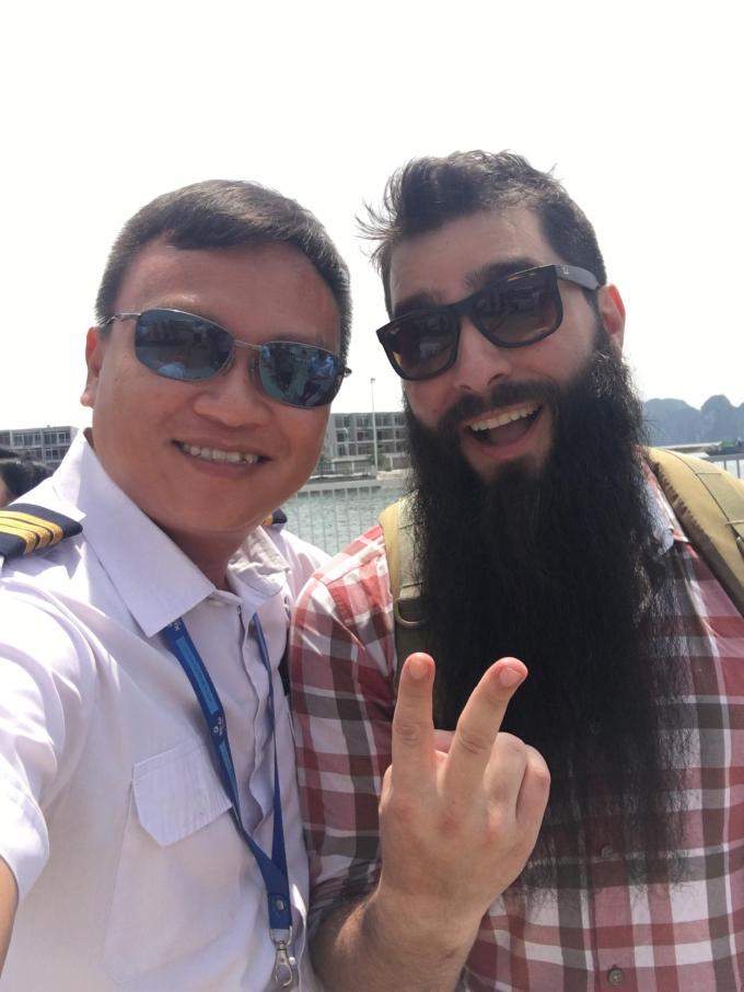 Hôm qua, đạo diễn Jordan Vogt-Roberts cùng đoàn làm chương trình đã có mặt tại sân bay Nội Bài từ 8h15 để làm thủ tục check-in. Hành trình bay bằng thủy phi cơ xuất phát từ sân bay quốc tế Nội Bài.