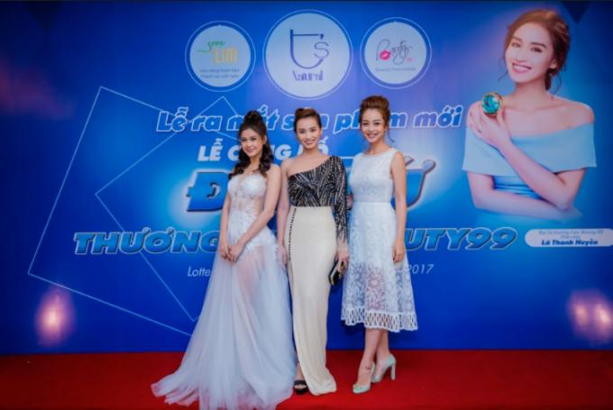 Jennifer Phạm đọ sắc cùng Lã Thanh Huyền và Trương Quỳnh Anh sau khi sinh con thứ 3